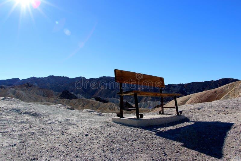 在Zabriskie点,死亡谷国家公园,加利福尼亚,美国的生锈的长凳 库存图片