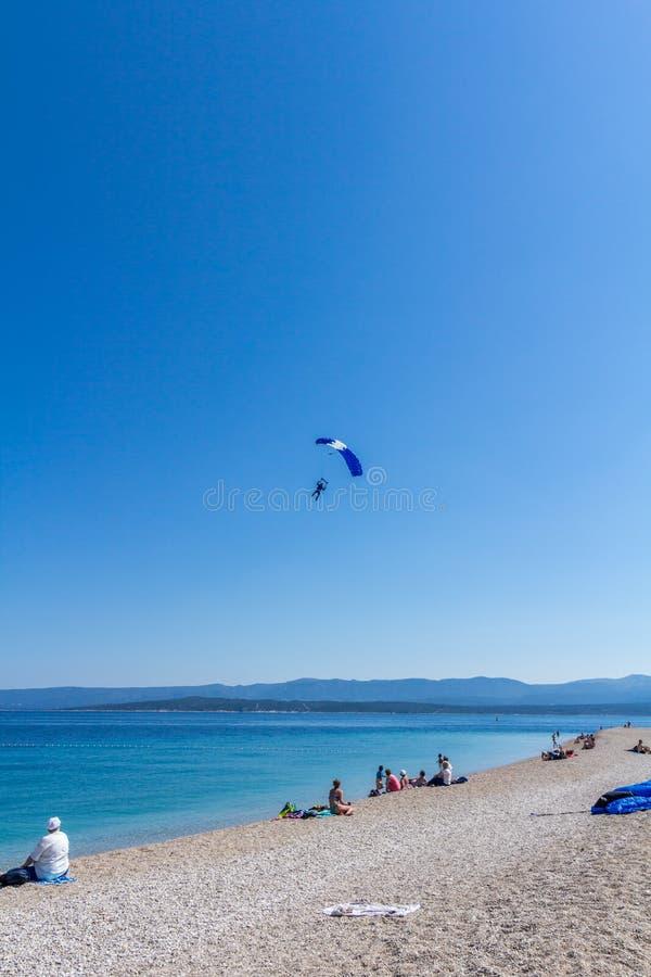Download 在Zlatni车轮痕迹海滩的飞将军着陆 图库摄影片. 图片 包括有 克罗地亚, 达尔马提亚, 汇率, 红色 - 72354242