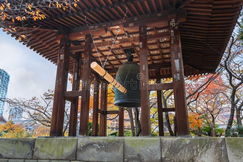 在Zojoji寺庙的钟楼在东京 免版税库存图片