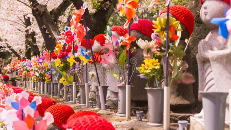 在Zojoji寺庙的Jizo日本雕塑在Toky的春天 库存图片