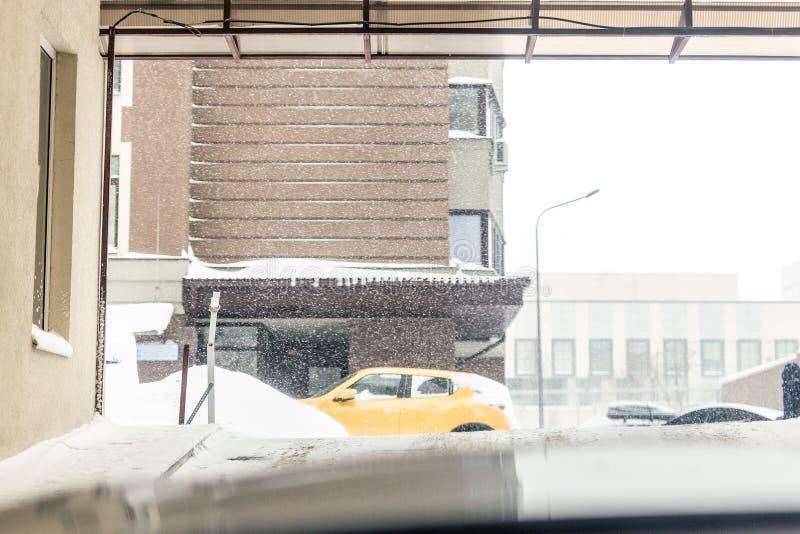 地下停放的出口门 室外的大雪 溜滑路警告 飞雪天气预报 免版税图库摄影