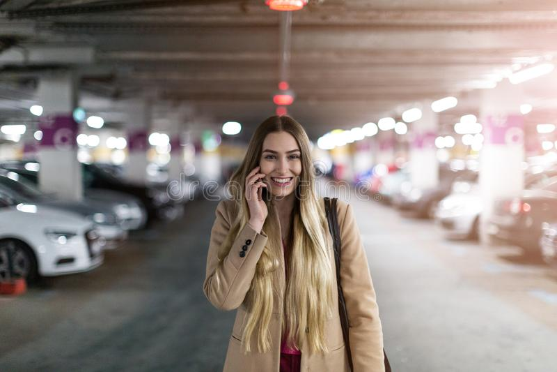 地下停车场的妇女 库存图片