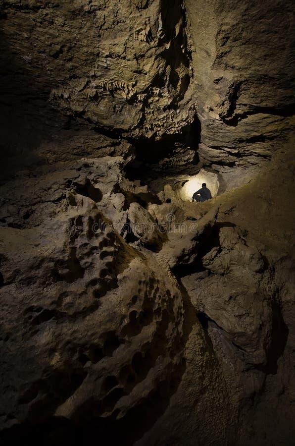 洞地下探索的人 库存照片
