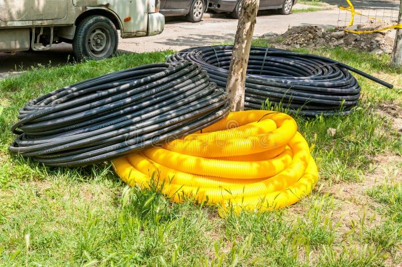 地下电话电缆管子准备是在城市安装地下 免版税库存图片