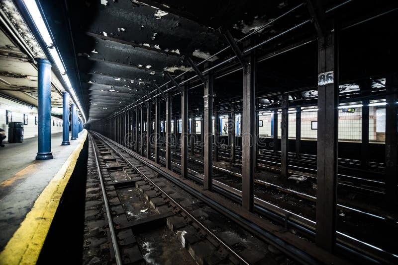 地下空的地铁站船坞在线的t纽约 免版税库存图片