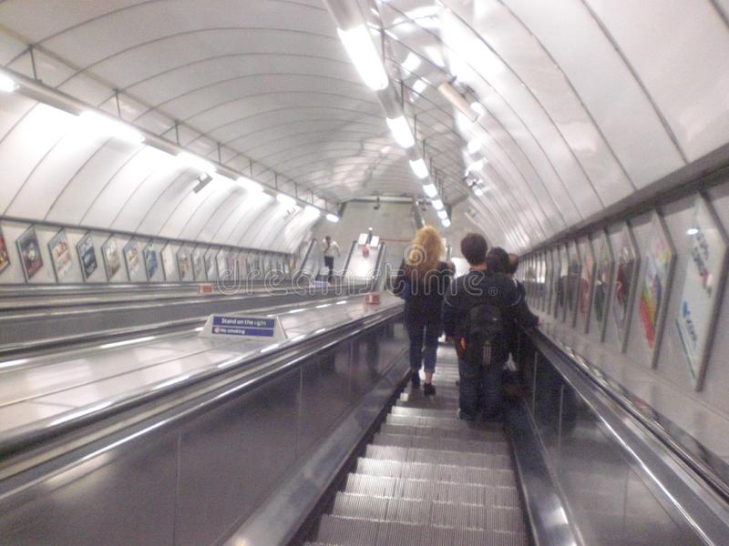 地下自动扶梯在伦敦在英国在有乘客的欧洲 人的火车和运输 库存图片