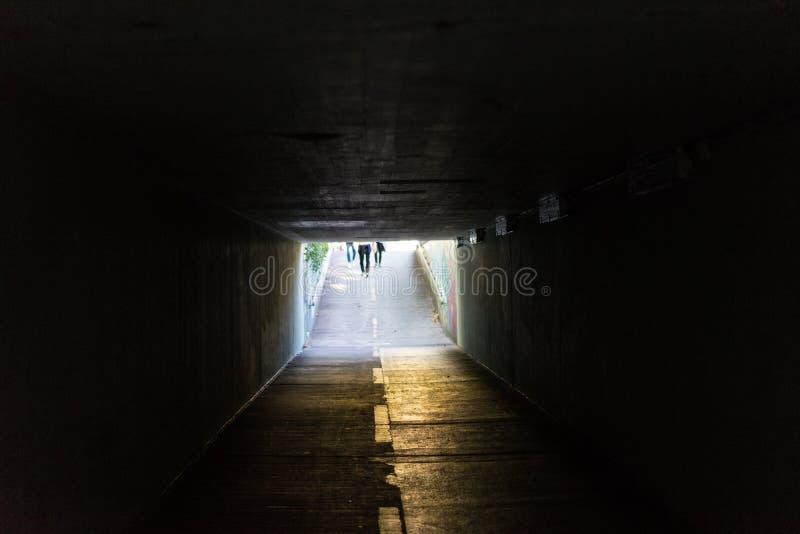 地下过道在有光的都市城市在末端 库存照片