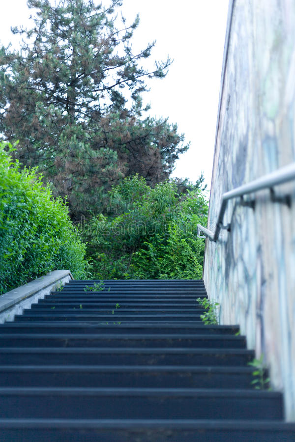 地下过道的具体楼梯有金属扶手栏杆和mur的 免版税库存照片