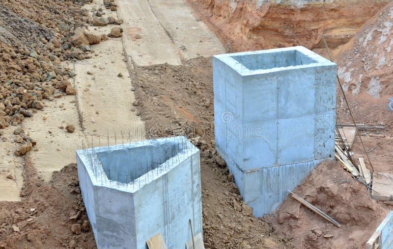 地下风暴下水道的放置或替换 总水管、有益健康的下水道和风暴流失系统的设施 库存照片