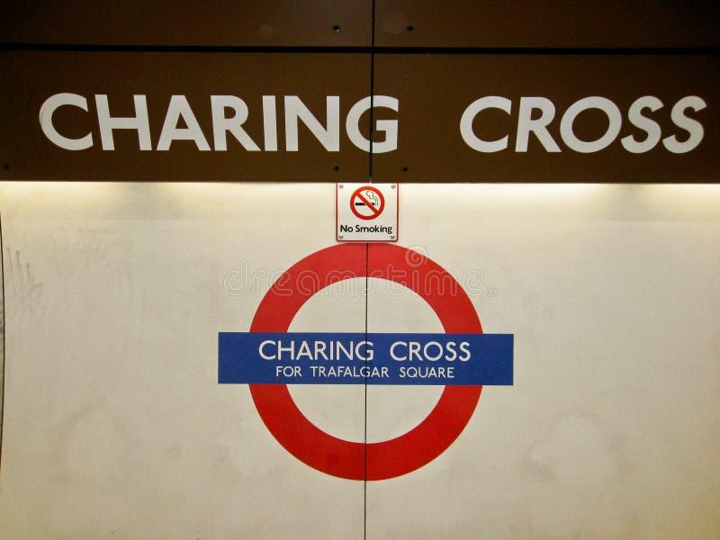 地下charing的交叉伦敦符号岗位 库存照片