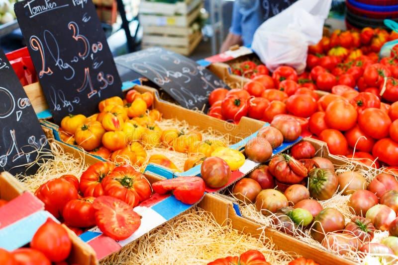 从地中海农夫市场的有机新鲜的蕃茄在Prov 免版税库存照片