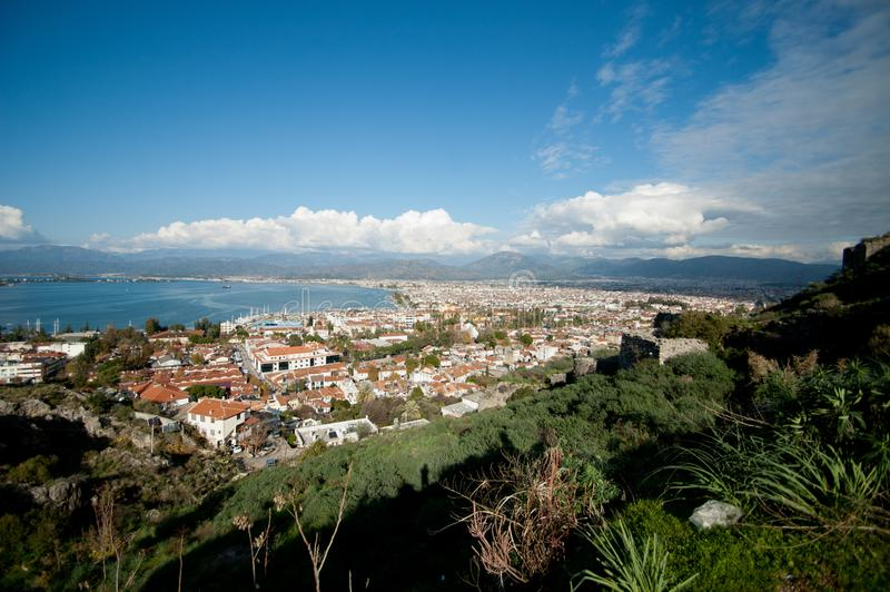 地中海城市和海射击的看法在一明亮的好日子 免版税库存照片