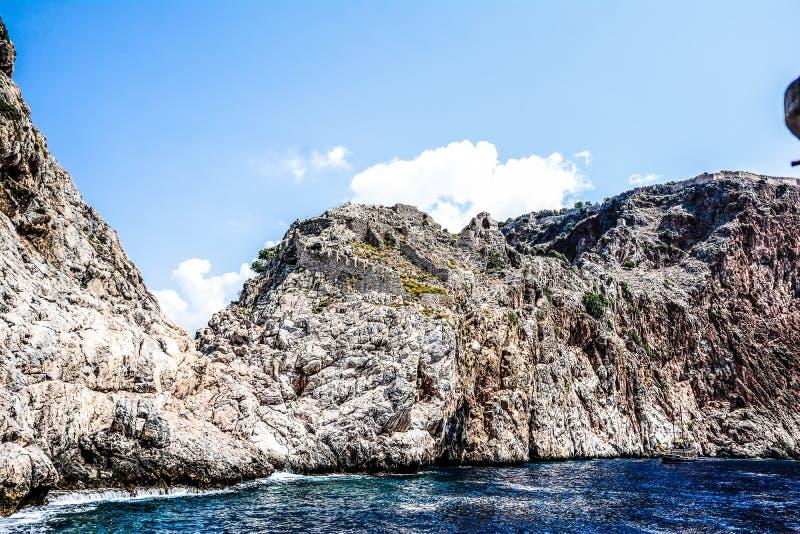 地中海岩石和海洋在土耳其 免版税库存图片