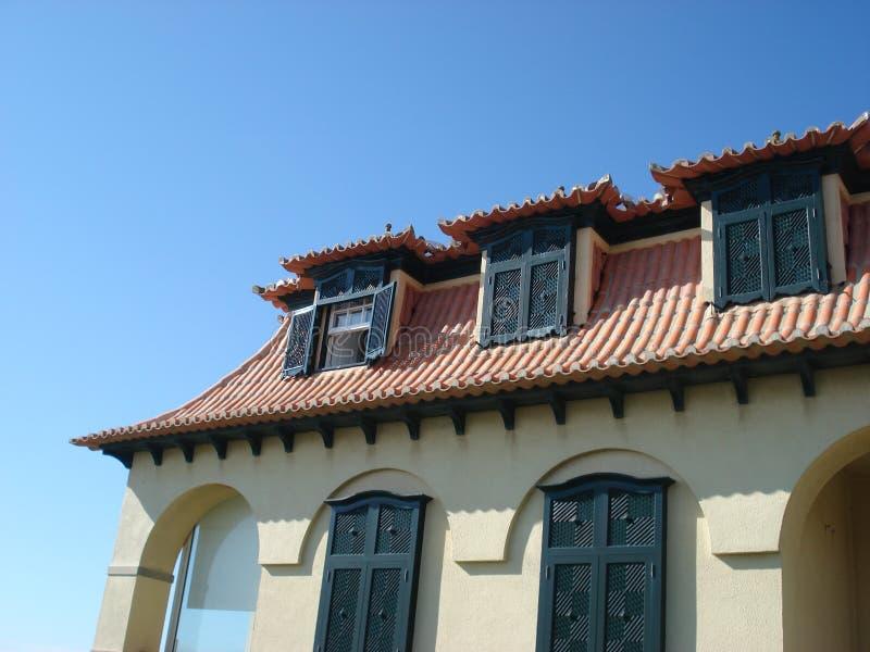 地中海建筑学,有老黑木窗口的房子关闭 库存图片