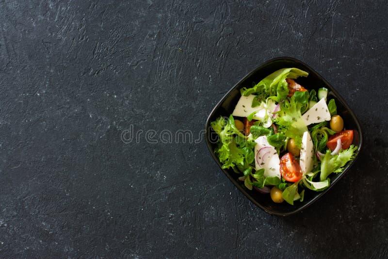地中海式沙拉用莴苣玉米,山羊乳干酪,橄榄 免版税库存照片