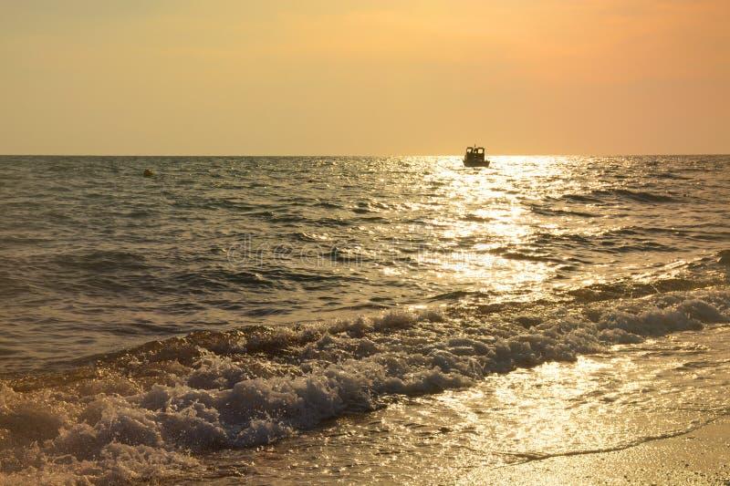 地中海日落和小船漂浮 免版税图库摄影