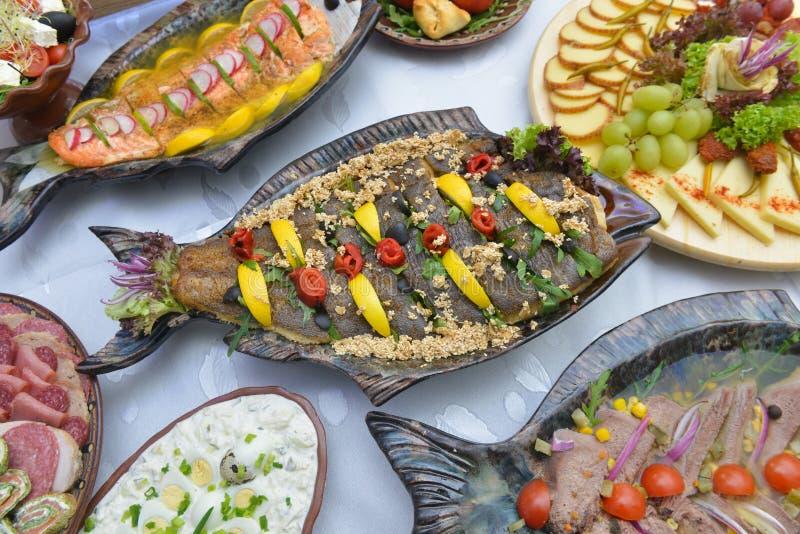 地中海有鱼的样式冷的板材 免版税库存图片