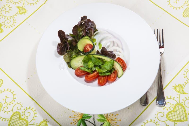 地中海沙拉在餐馆 免版税库存图片