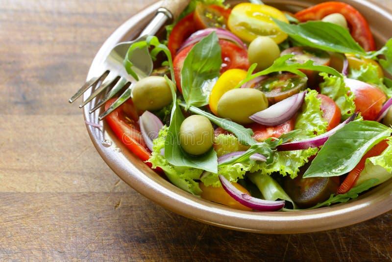 地中海沙拉用橄榄,鲕梨 图库摄影