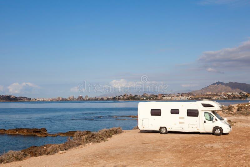 地中海海岸的露营车 库存图片