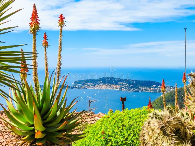 地中海海岸线的鸟瞰图从埃兹村庄的顶端 ?????? 图库摄影