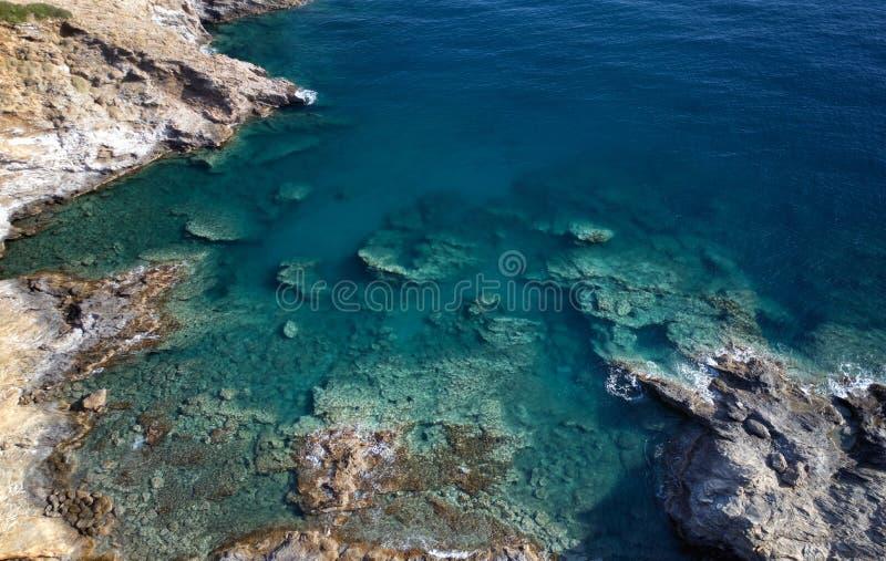 地中海海岸鸟瞰图在村庄巴厘岛附近的用透明水 克利特,希腊 库存照片