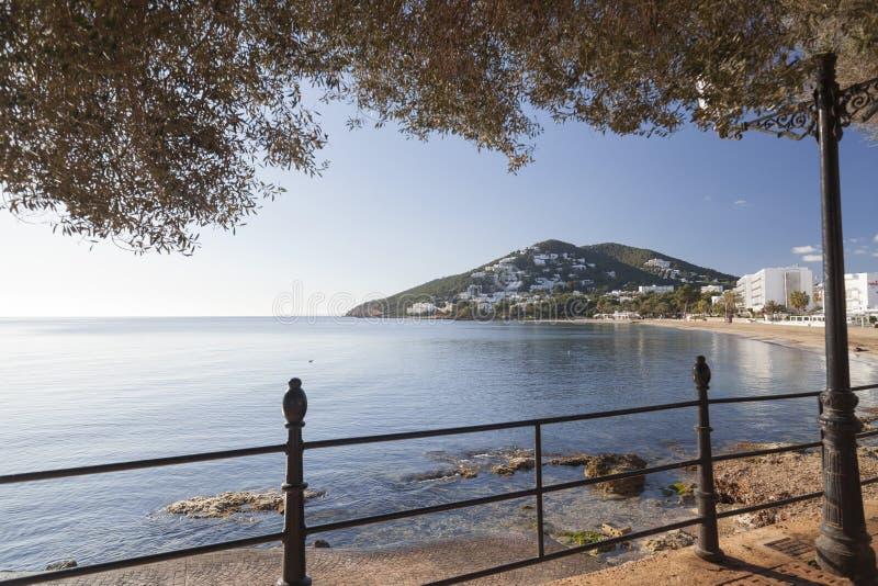 地中海海滩在圣诞老人Eularia des Riu拜雷阿尔斯镇, 免版税库存图片