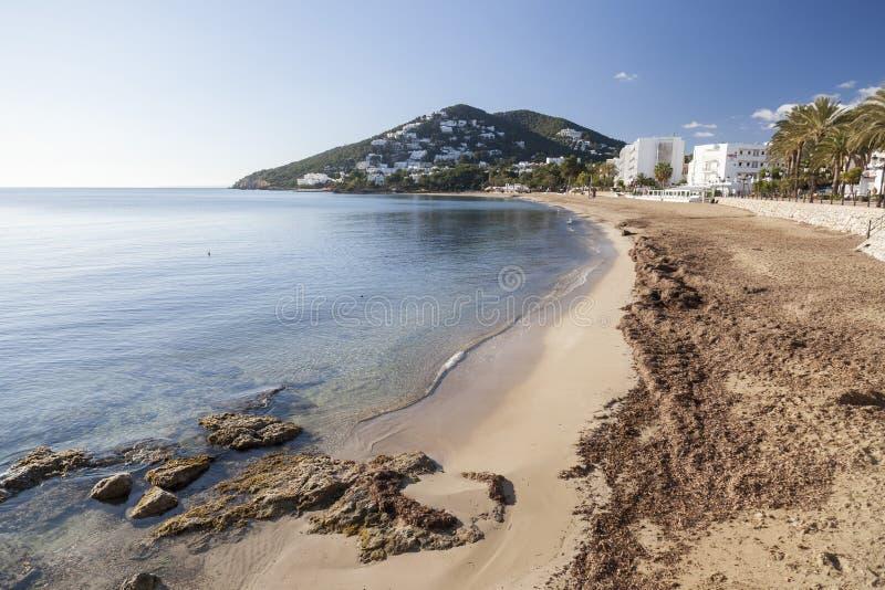 地中海海滩在圣诞老人Eularia des Riu拜雷阿尔斯镇, 图库摄影
