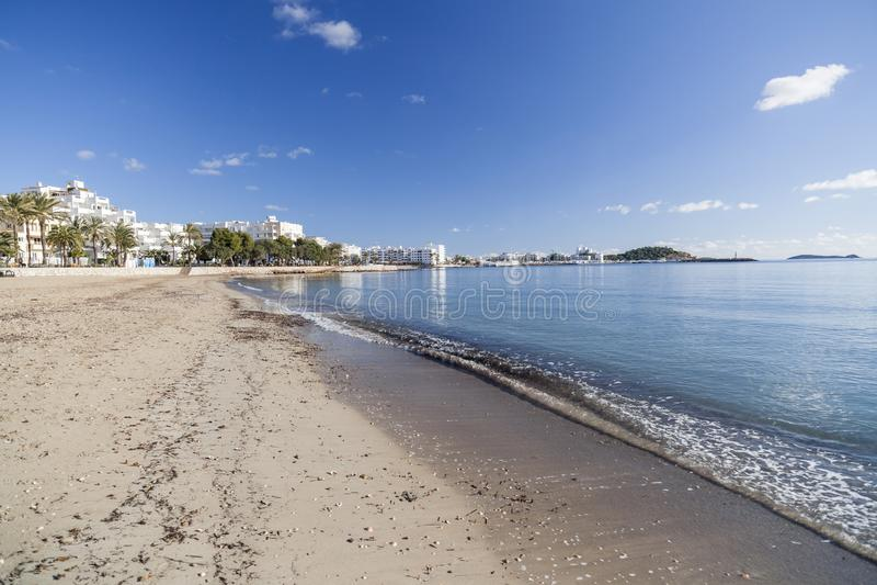 地中海海滩在圣诞老人Eularia des Riu拜雷阿尔斯镇, 库存照片