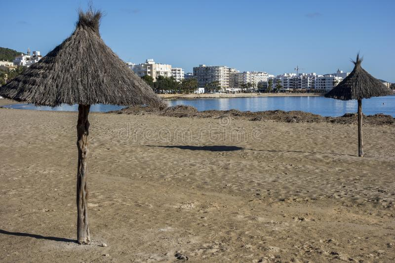 地中海海滩在圣诞老人Eularia des Riu拜雷阿尔斯镇, 库存图片