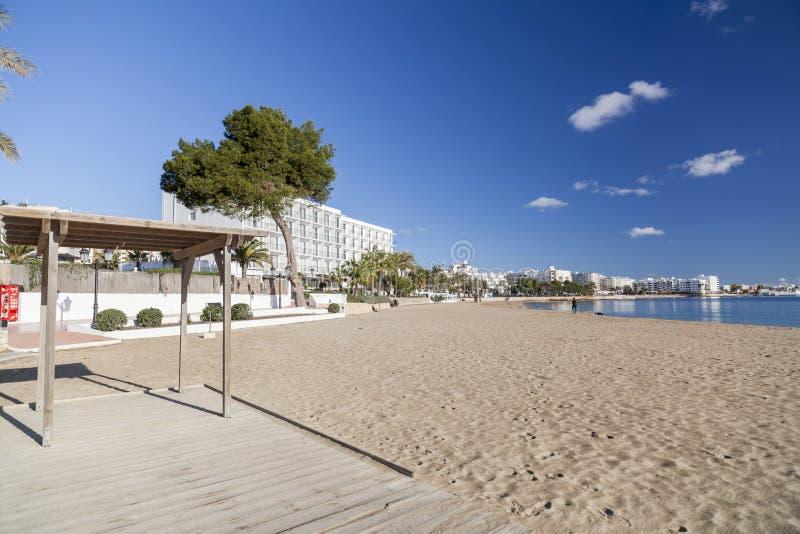 地中海海滩在圣诞老人Eularia des Riu拜雷阿尔斯镇, 免版税图库摄影