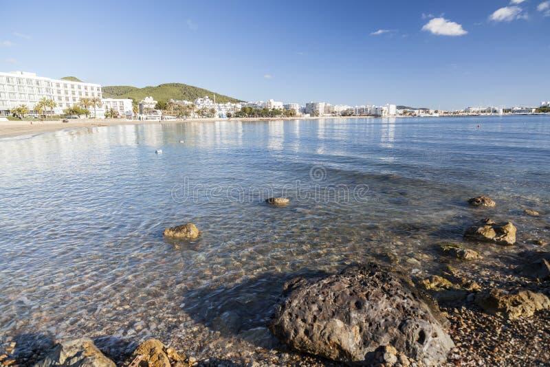 地中海海滩在圣诞老人Eularia des Riu拜雷阿尔斯镇, 免版税库存照片