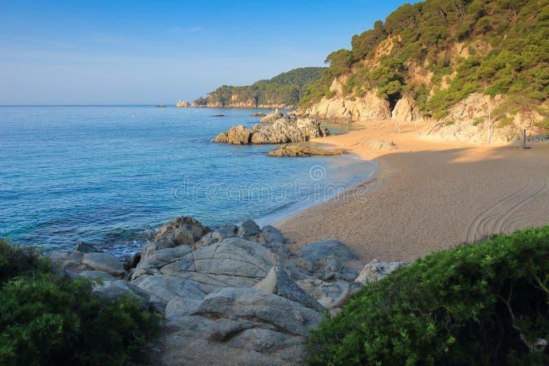 地中海海滩在略雷特德马尔 西班牙美妙的海滩 卡拉市de Boadella platja 在海的海滩风景 图库摄影