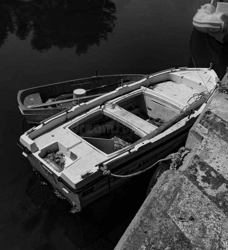 地中海渔船的黑&白色摄影有一条小船的在优卑亚岛- Nea Artaki,希腊的水 库存图片
