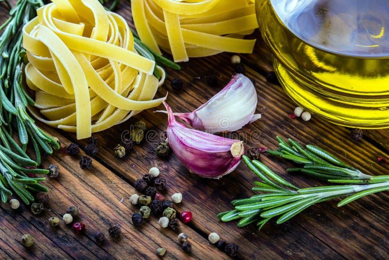 地中海烹调面团tagliatelle penne胡椒麝香草大蒜西红柿和橄榄油 库存图片