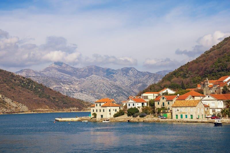 地中海美好的横向 山的脚的小海滨村庄 黑山,科托尔湾,Lepetane村庄 库存照片