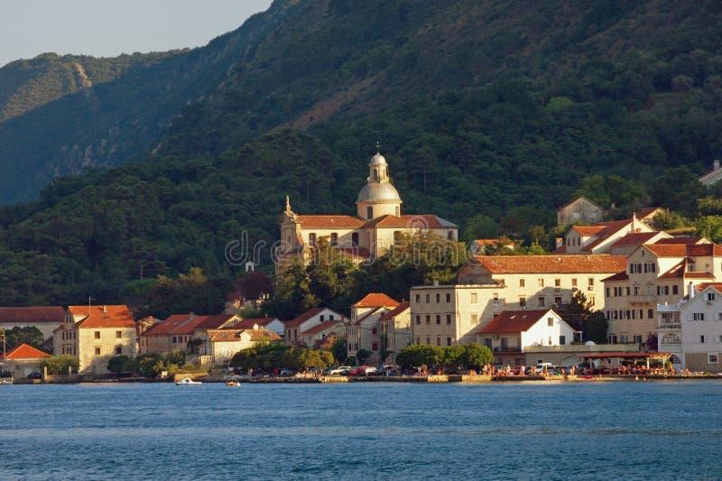 地中海美好的横向 黑山,亚得里亚海,科托尔湾 Prcanj古镇看法  免版税库存照片