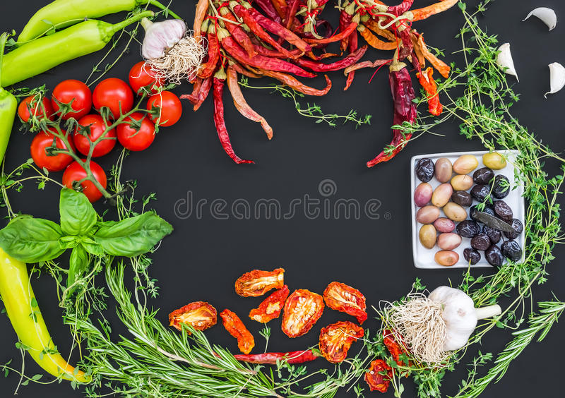 地中海菜集合包括的大蒜, chrry蕃茄 免版税图库摄影