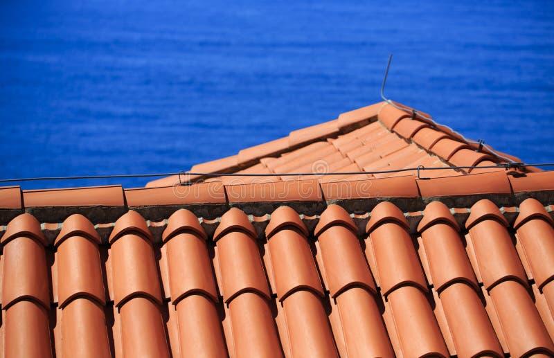 地中海赤土陶器铺磁砖了有避雷导线的屋顶 图库摄影