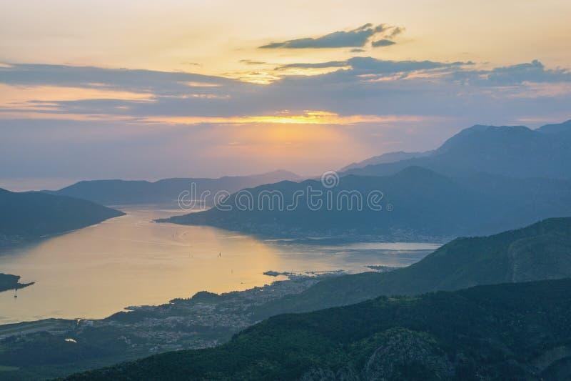 地中海风景 日落 黑山,科托尔和蒂瓦特市海湾看法  免版税库存图片