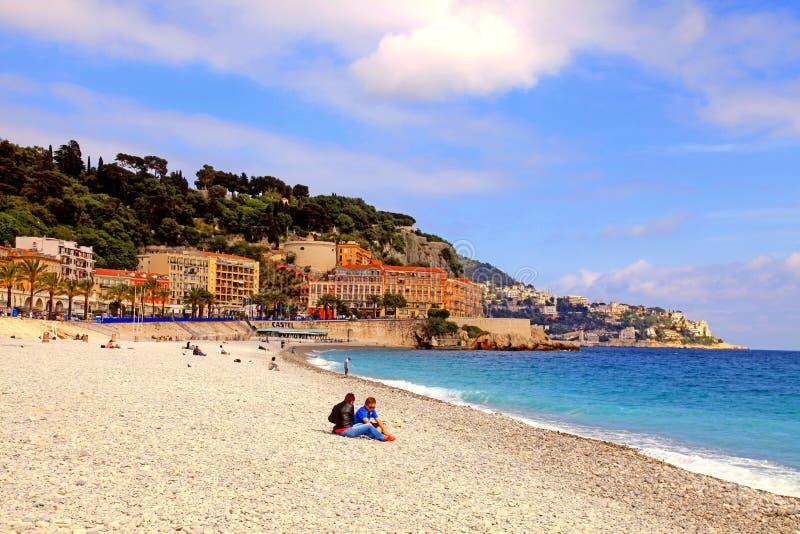 地中海Pebble海滩在尼斯城市,法国 免版税库存照片