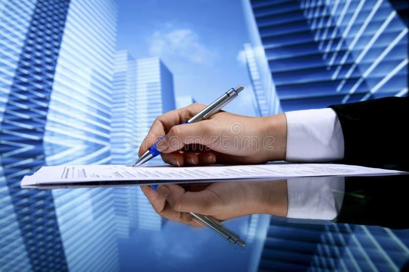 地产商签署的合同 免版税库存图片