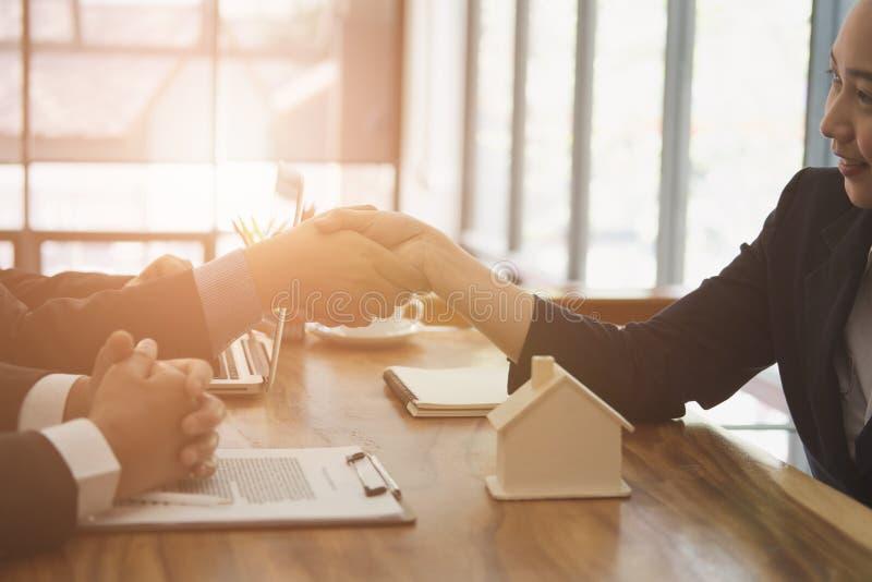 地产商&客户握手 握手wi的房地产开发商 免版税库存照片