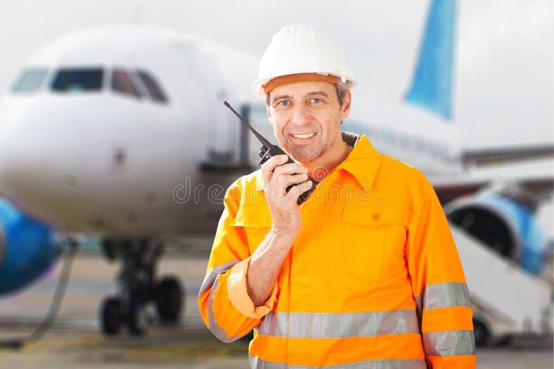 地勤人员谈话在携带无线电话 免版税库存照片