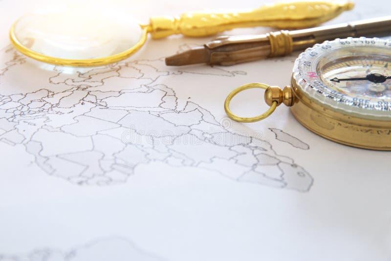 地图、放大镜和老指南针 选择聚焦 旅行目的地概念 库存照片