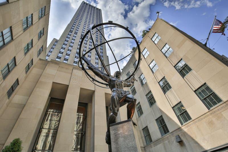 地图集是在洛克菲勒中心前面的一个古铜色雕象在曼哈顿中城 图库摄影