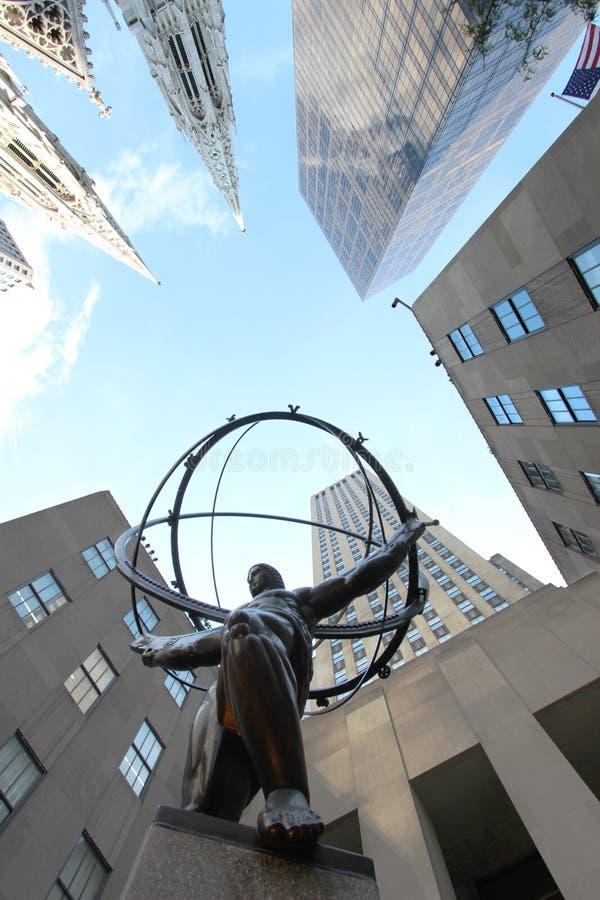 地图集雕象在前面的洛克菲勒中心在纽约 免版税库存照片