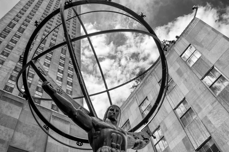 地图集雕象在洛克菲勒中心前面的在纽约 免版税图库摄影