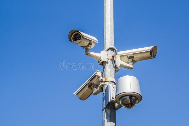 驻地在柱子的安全监控相机 库存图片