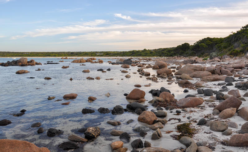 地堡海湾:花岗岩在水域中 免版税库存图片